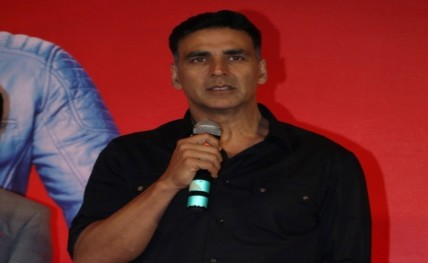 B-Town applauds 'Rustom' trailer, Akshay's perfect form