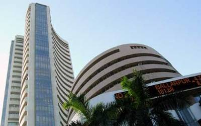 Weak rupee, Asian markets pull indices lower; banking stocks aid in recovery