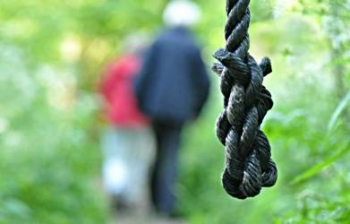 Couple found hanging from tree in UP